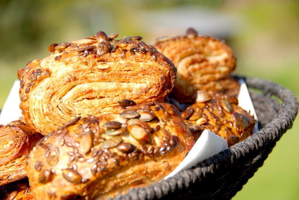 Her får du en nem opskrift på hjemmebagte grovbirkes, der bages med græskarkerner og hørfrø. Opskriften giver 10 nybagte birkes.