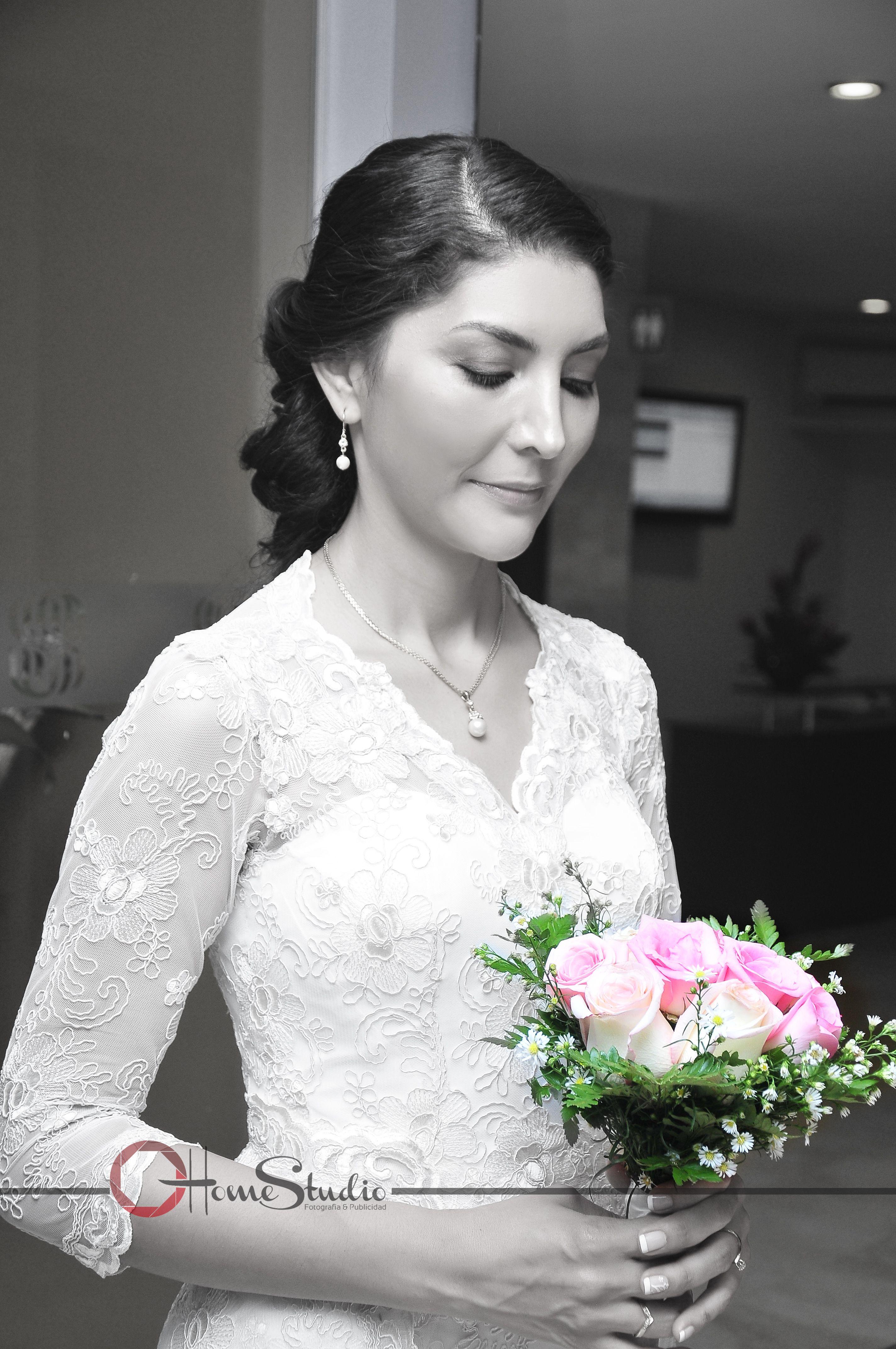 FOTO ESTUDIO  DE NOVIA.  #cabello# #peinado# #novia# #vestido# #detalles# #bodas# #fotografía# #ramo#