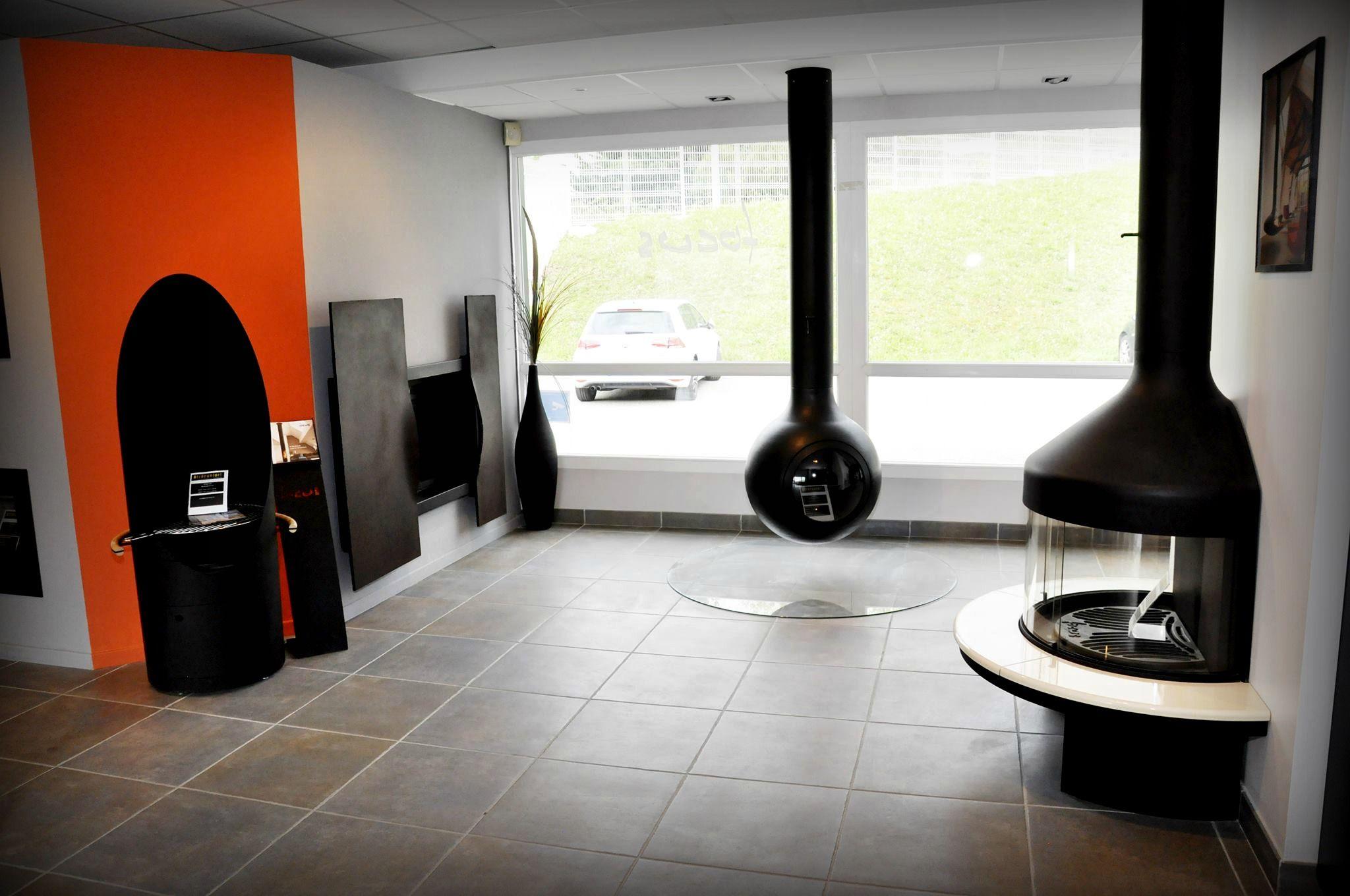 FOCUS :  (à gauche, mur orange) DIAGOFOCUS - Barbecue Focus // (à gauche, mur blanc) METAFOCUS -(bois bûches 50cm) // (au centre) BATYSCAFOCUS - bois ( bûches 40cm ) // (à droite) OPTIFOCUS 1250 - bois (bûches 50cm)