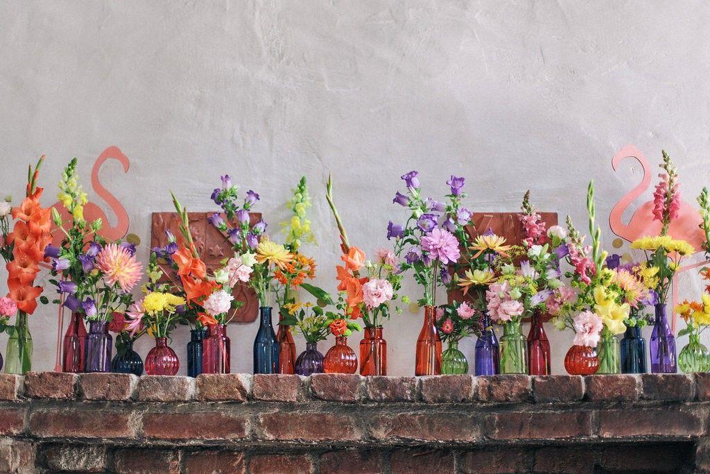 Bunte Glaser Vasen Und Blumen Als Deko Bei Einer Sommerhochzeit