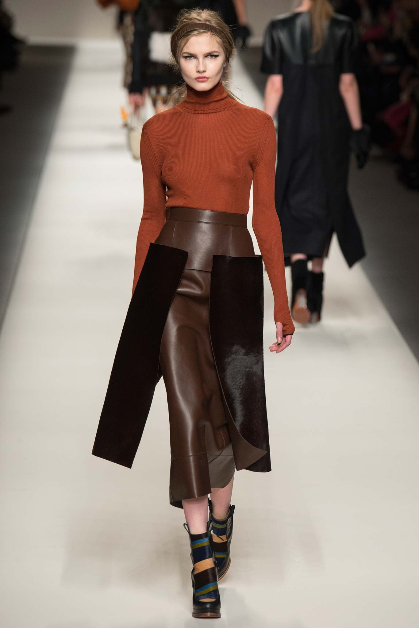 http://www.style.com/slideshows/fashion-shows/fall-2015-ready-to-wear/fendi/collection/19