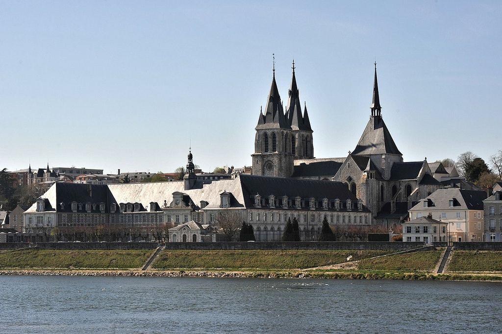 Les bords de Loire et l'église St-Nicolas de Blois  Une vue de l'ancienne abbaye St-Laumer