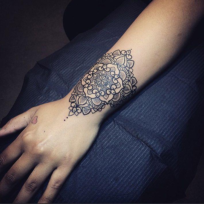 Tatouage mandala fleur poignet pour femme inspiration pinterest tatouages mandala poignet - Tatouage manchette poignet femme ...