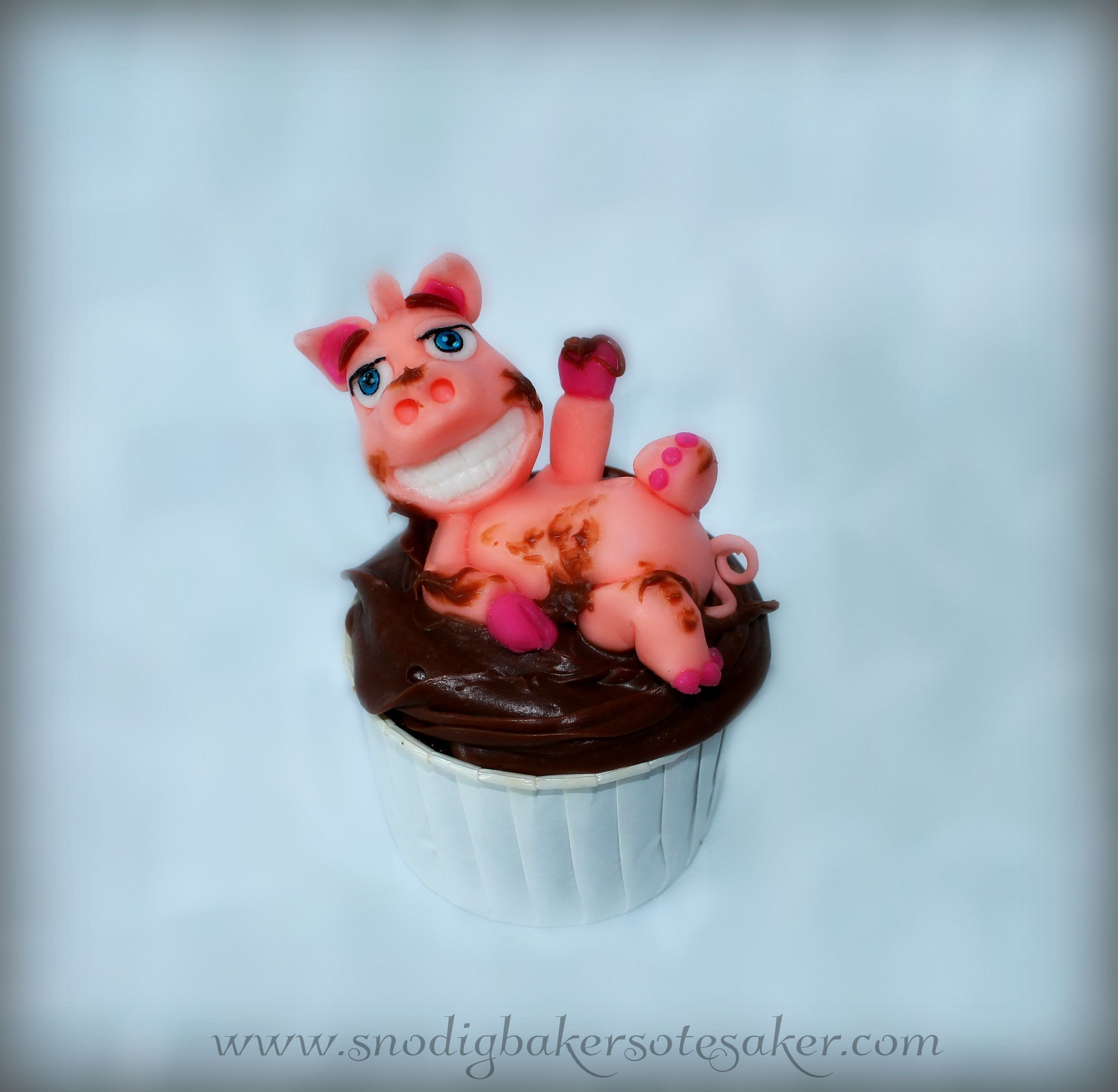 Happy as a pig in mud! Smiling fondant pig enjoying his bath in fudge :) www.snodigbakersotesaker.com