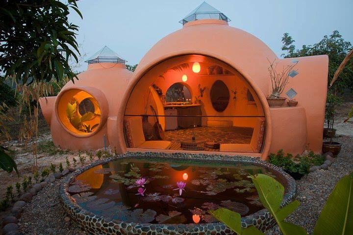 Casa redonda sustentável é construída em apenas 6 semanas na Tailândia com uma verba de 8 mil dólares! Um luxo!  https://www.facebook.com/photo.php?fbid=532842453451285&set=pb.160140330721501.-2207520000.1380818162.&type=3&theater