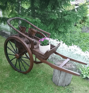 Vanhat pikkuruiset kiesit, joiden tekemiseen on käytetty mm. 1800-luvulta olevaa kelkkaa, rukin pyöriä, pellavaluokkua, tuolin osia. 165€ aarrerati.fi-verkkokauppa MYYTY