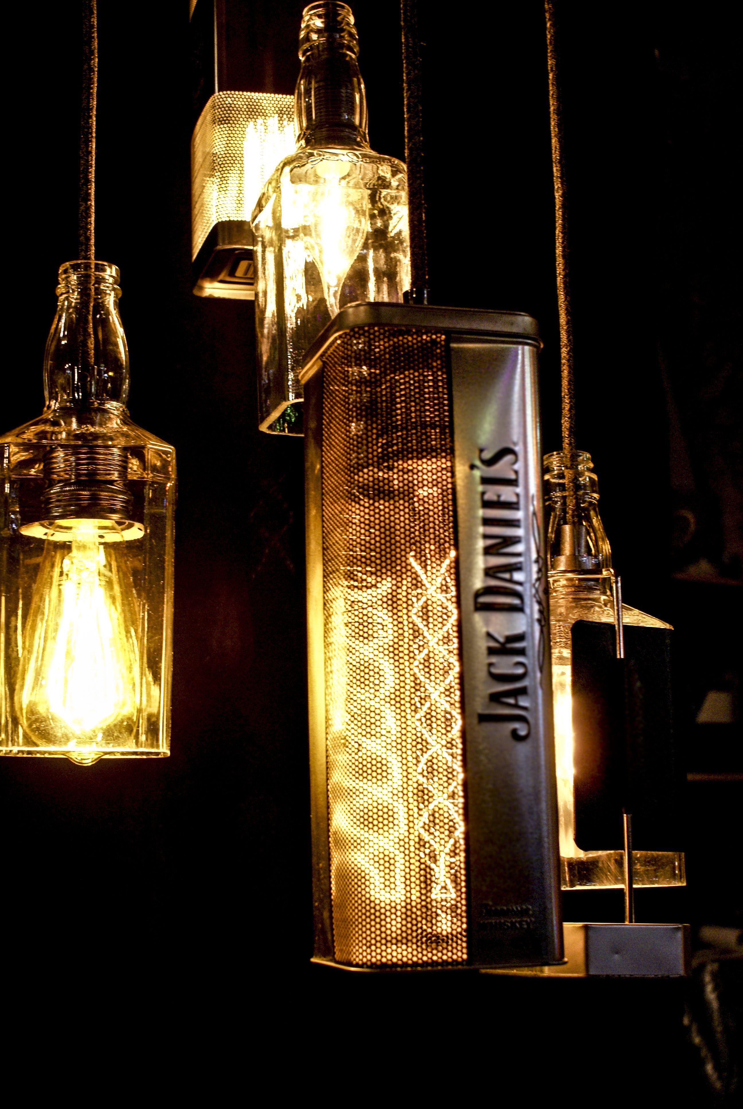 Luminaire sur mesure réalisé par nos soins avec des bouteilles de
