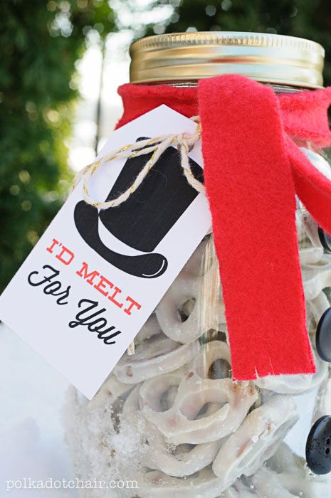 Cute Snowman Mason Jar Gift Idea- so simple! You can download the \