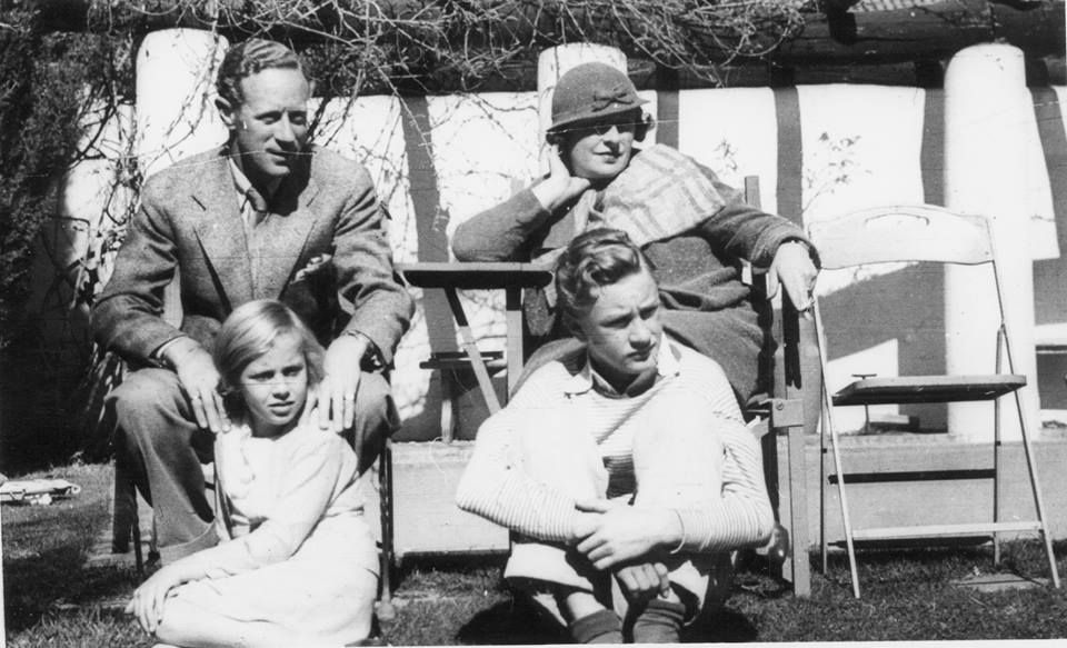 Howard married Ruth Evelyn Martin in 1916 and they had two children. His son Ronald Howard became an actor and portrayed the title character in the television series Sherlock Holmes and Daughter Leslie Ruth Dale-Harris. Leslie Howard Actor, George Burns, Family Photos, Couple Photos, Battle Of Britain, Home Movies, Gone With The Wind, Old Hollywood Glamour, Guys Be Like