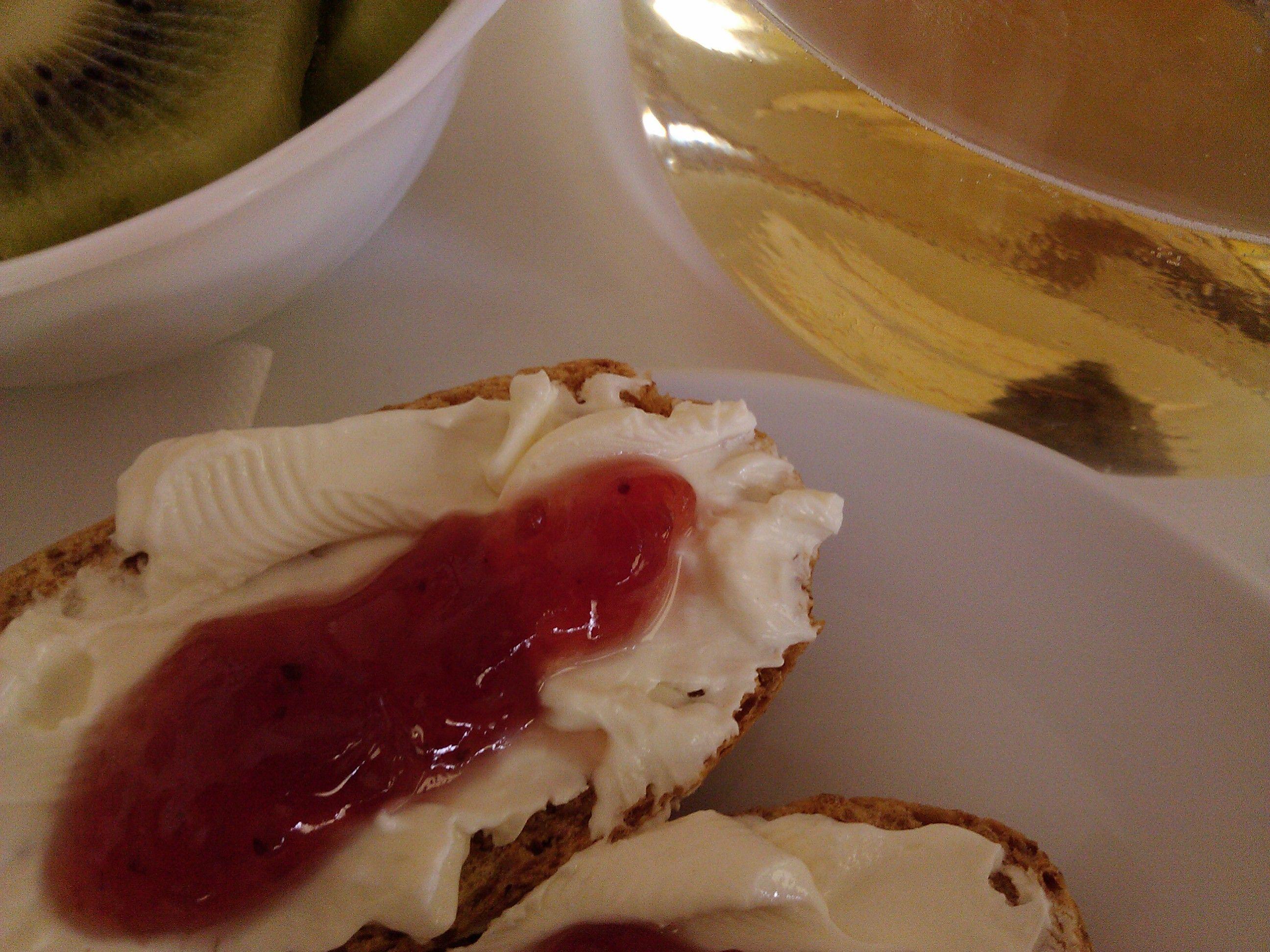 Barrita con queso de untar y mermelada de fresa