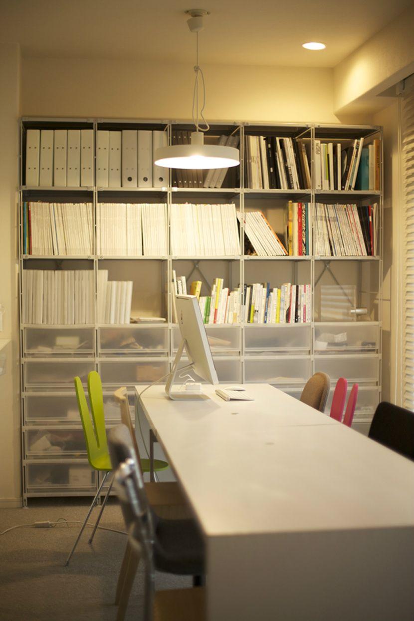ユニットシェルフを本棚+生活用品の収納に。あと食器棚と衣類