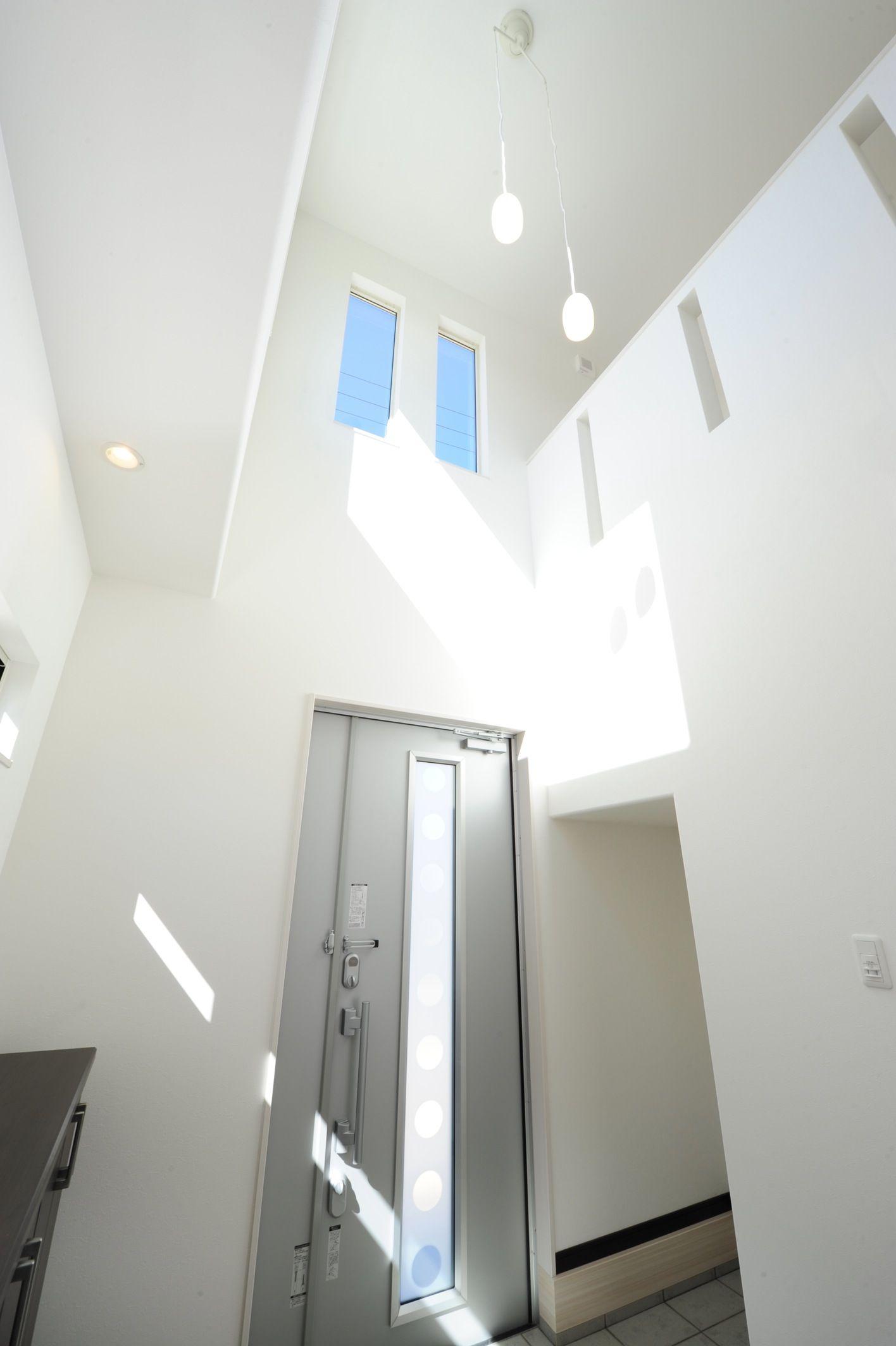 吹き抜け天井でさわやかな空間に 天井 玄関 吹き抜け
