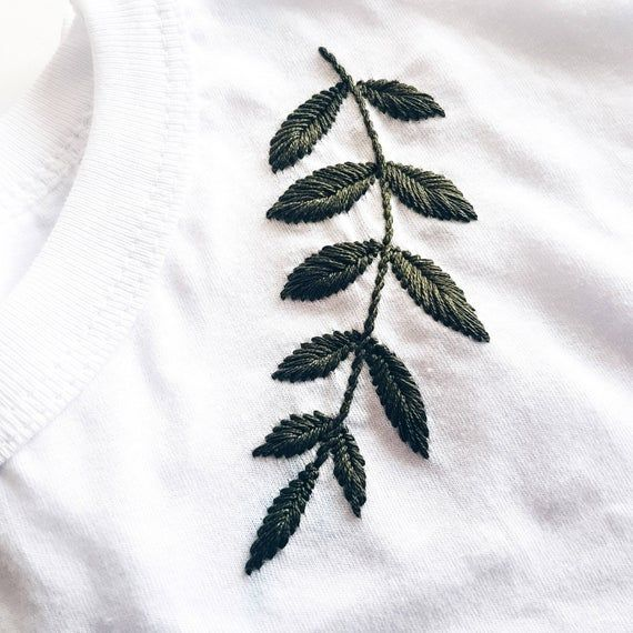 Broderie - Broderie à la main - T-shirt de broderie - T-shirt de broderie - Vêtements pour femmes - T-shirt blanc - Broderie botanique - cupofneedles