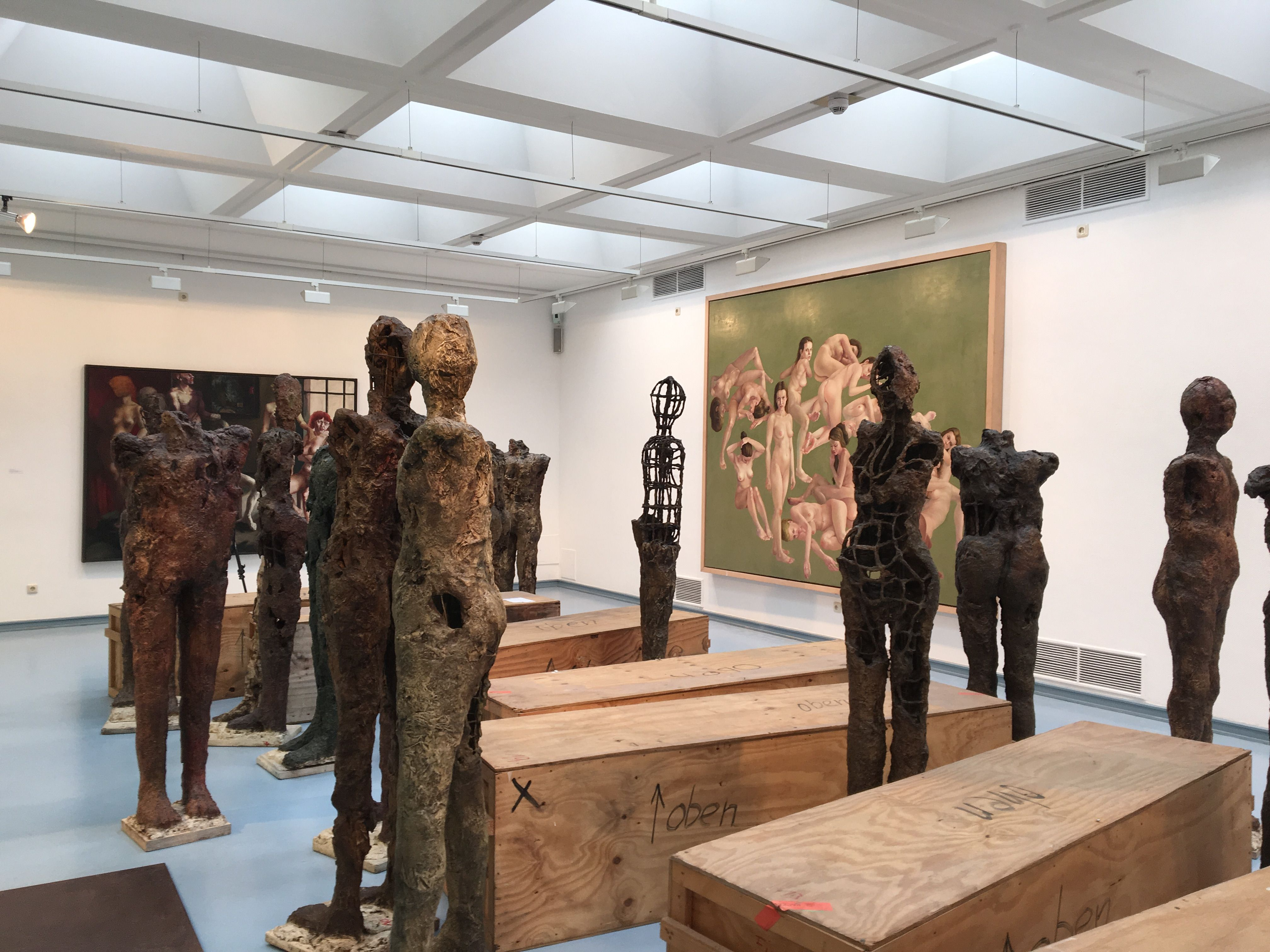 """Blick in die Ausstellung von Thomas Gatzemeier """"Jüngster Friede"""" im Kunstverein Siegen 2016 obere Etage."""
