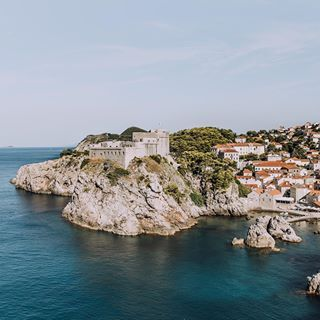 Are you a Game of Thrones fan? Even if you have never watched an episode I guarantee you will fall in love with the setting for a Kings Landing! ⠀ ⠀ Make sure to save this post and my tips for walking the city walls and getting to this amazing view for your visit to Dubrovnik:⠀ ⠀ - The walls open at 8am so get there early to avoid crowds.⠀ - Check the cruise ship schedule and if possible arrange your trip to the city on the days when there are no cruises porting. ⠀ - Depending on the time of ...