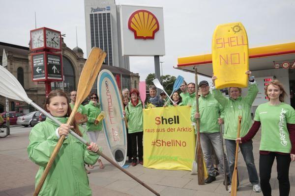#Greenpeace Solidar-Aktion gegen #Ölbohrungen von #Shell in der #Arktis #Hamburg #Dammtor @mopo http://t.co/SVOWKM9NJy