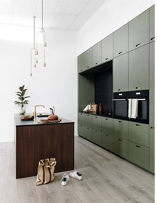 Grüne großflächige Küchenwand mit dunkler Kochinsel aus Holz, Küche ...