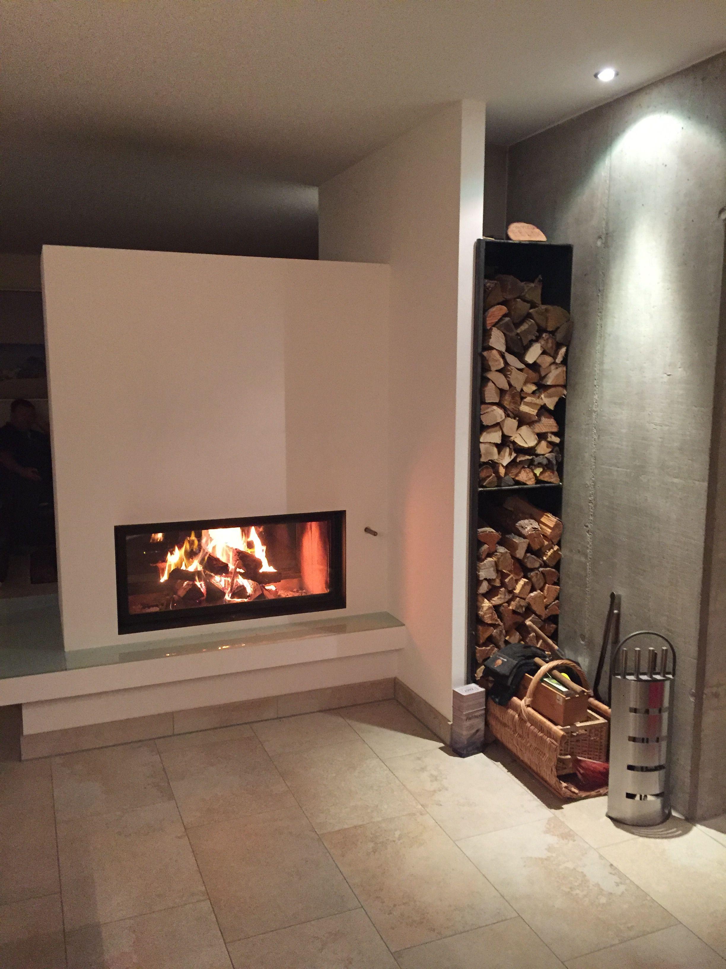 durchsichtkamin als raumteiler verbaut die stahlholzlege wird durch eine vorgezogene wand. Black Bedroom Furniture Sets. Home Design Ideas
