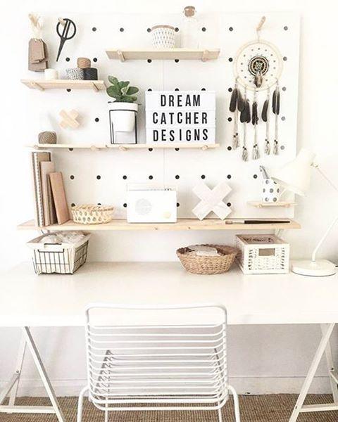 Weißer Schreibtisch mit Deko: Pegboard workspace idea in Australia | /workspacegoals/