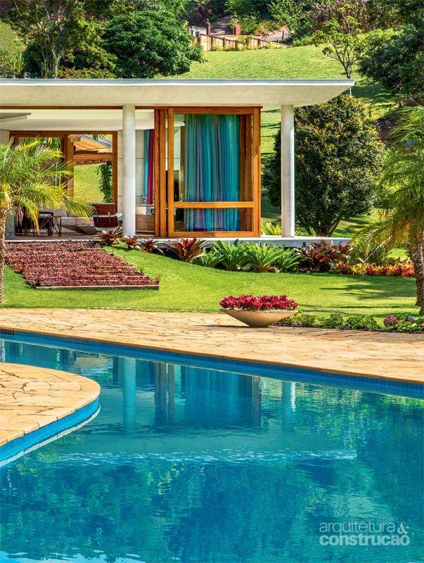 Estrutura de concreto abriga cozinha supercolorida em casa for Casas de campo modernas con piscina