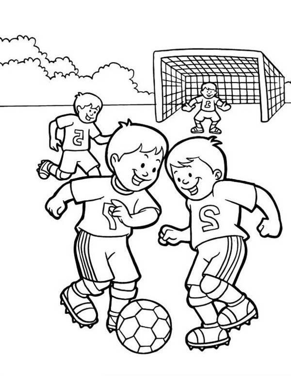 eine gruppe von kindern die auf dem schulhof fußball