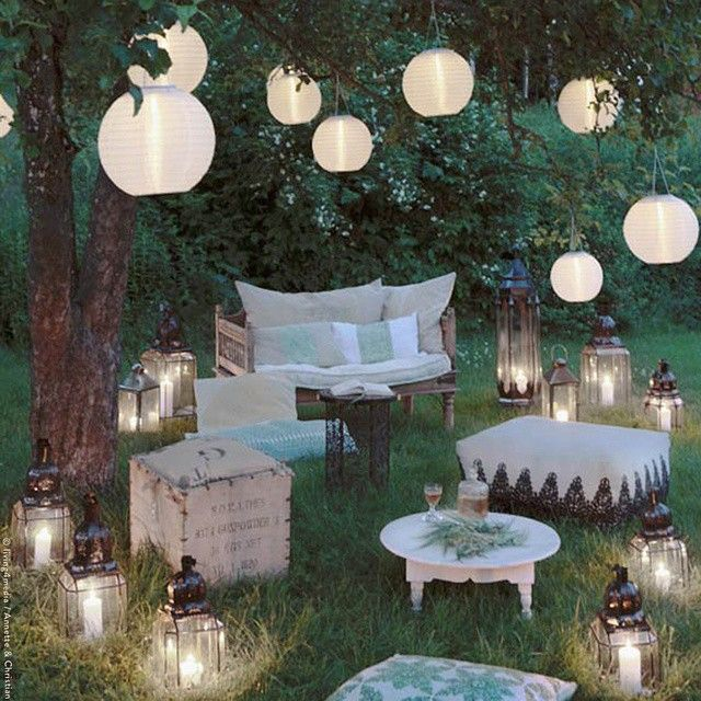 Garten gartengestaltung gartenideen lampion beleuchtet romantisch sitzgelegenheit kerzen - Weihnachtlich dekorieren ab wann ...