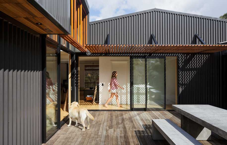 A Modern Beach House Informed By An Old Shed Modern Beach House Small Beach Houses