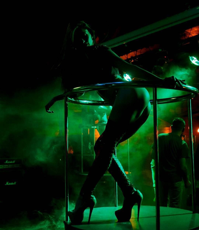 foto-striptiza-par-yazik-v-zhope-tub