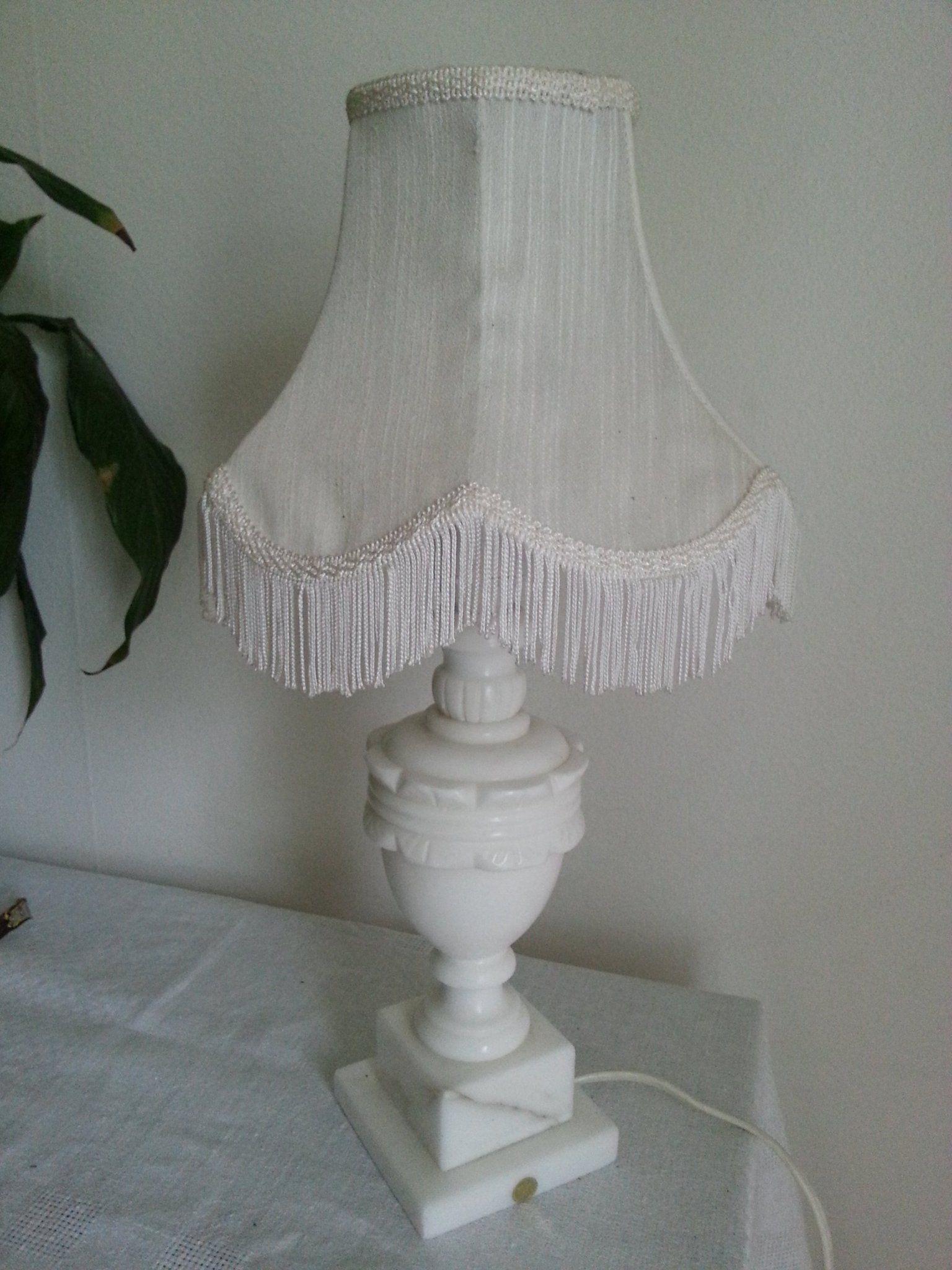Annons på Tradera: Vit fin lampa bordslampa med text shabby