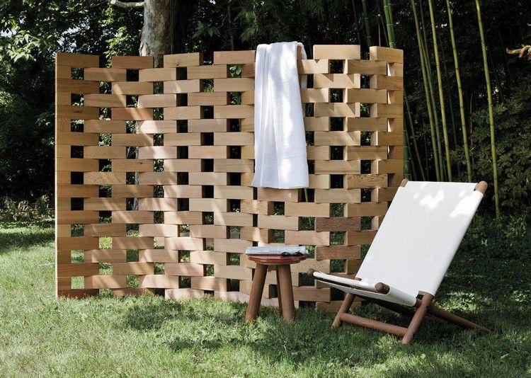 paravent de jardin design en bois clair, chilienne design et table d ...