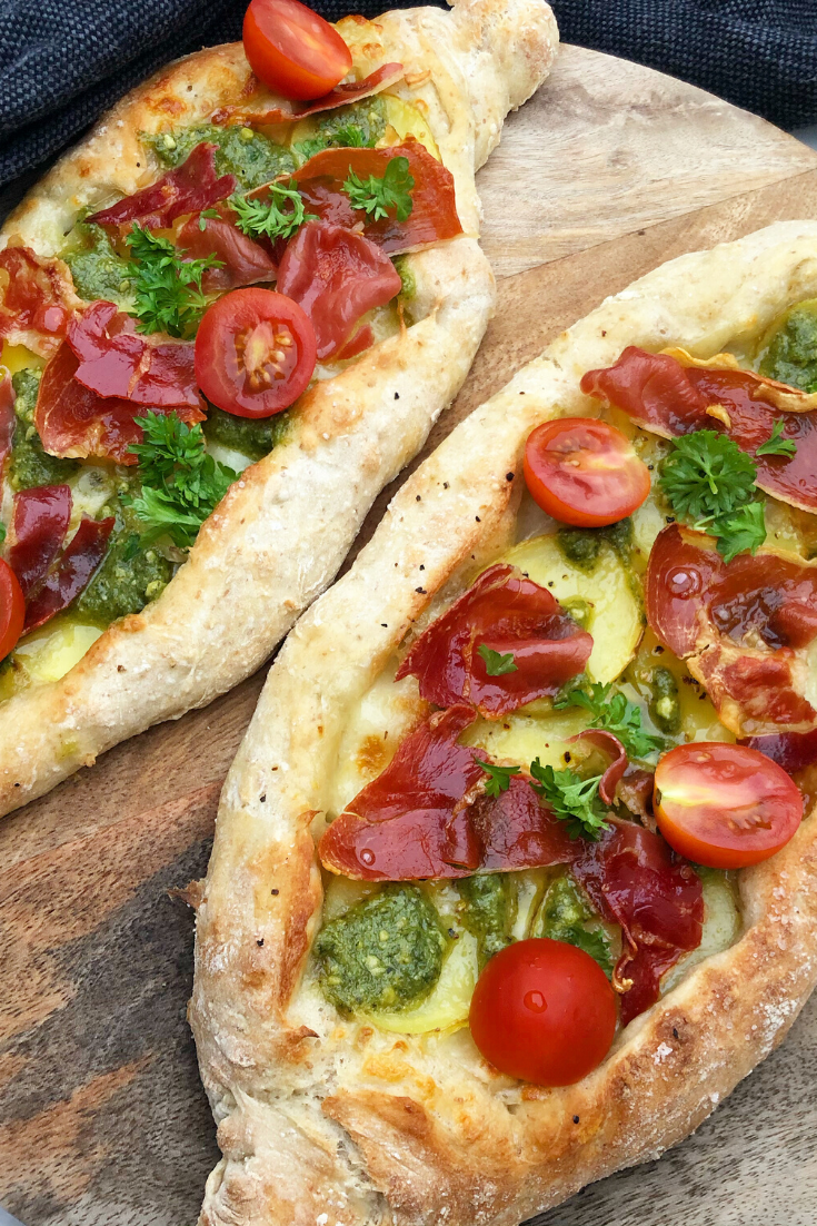 En virkelig lækker opskrift på anderledes pizza, nemlig den græske version der kaldes peinirli. Denne gang har vi lavet dem med pesto. kartoffelskiver, frisk mozzarella og sprødstegt serranoskinke.