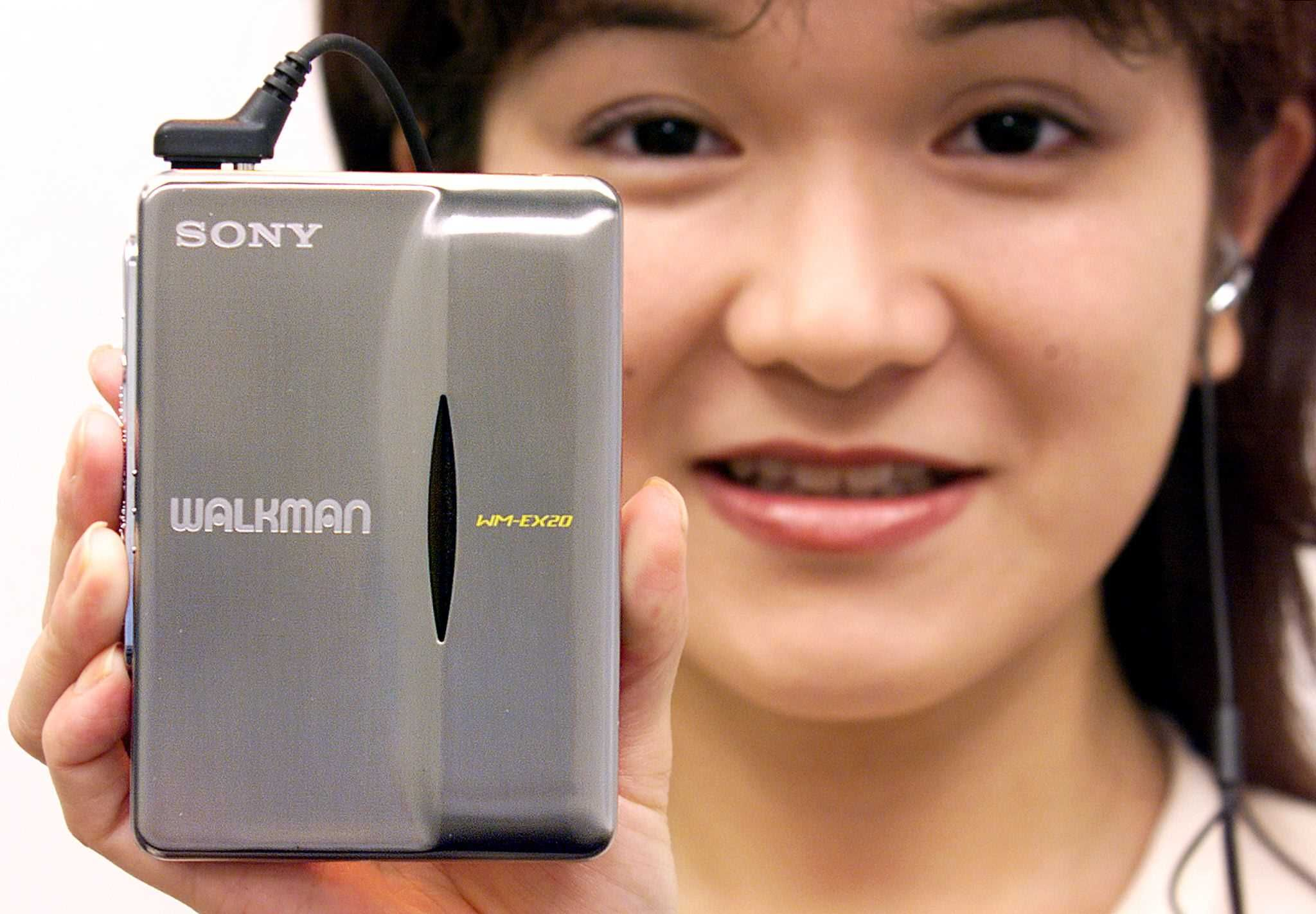 7. 'Walkman'/'discman'. En 1979 el walkman de Sony, del tamaño de un casete, cambió la manera como la gente oía música. Gracias a sus audífonos y su portabilidad no era necesario tener un equipo de sonido, pues se podía llevar a todas partes y disfrutarlo en privado. Más tarde vino el discman para reproducir discos compactos. Ambos aparatos perdieron popularidad con el iPod y luego con la llegada de aplicaciones para oír música. Hoy, en YouTube hay tutoriales para enseñarles a los…