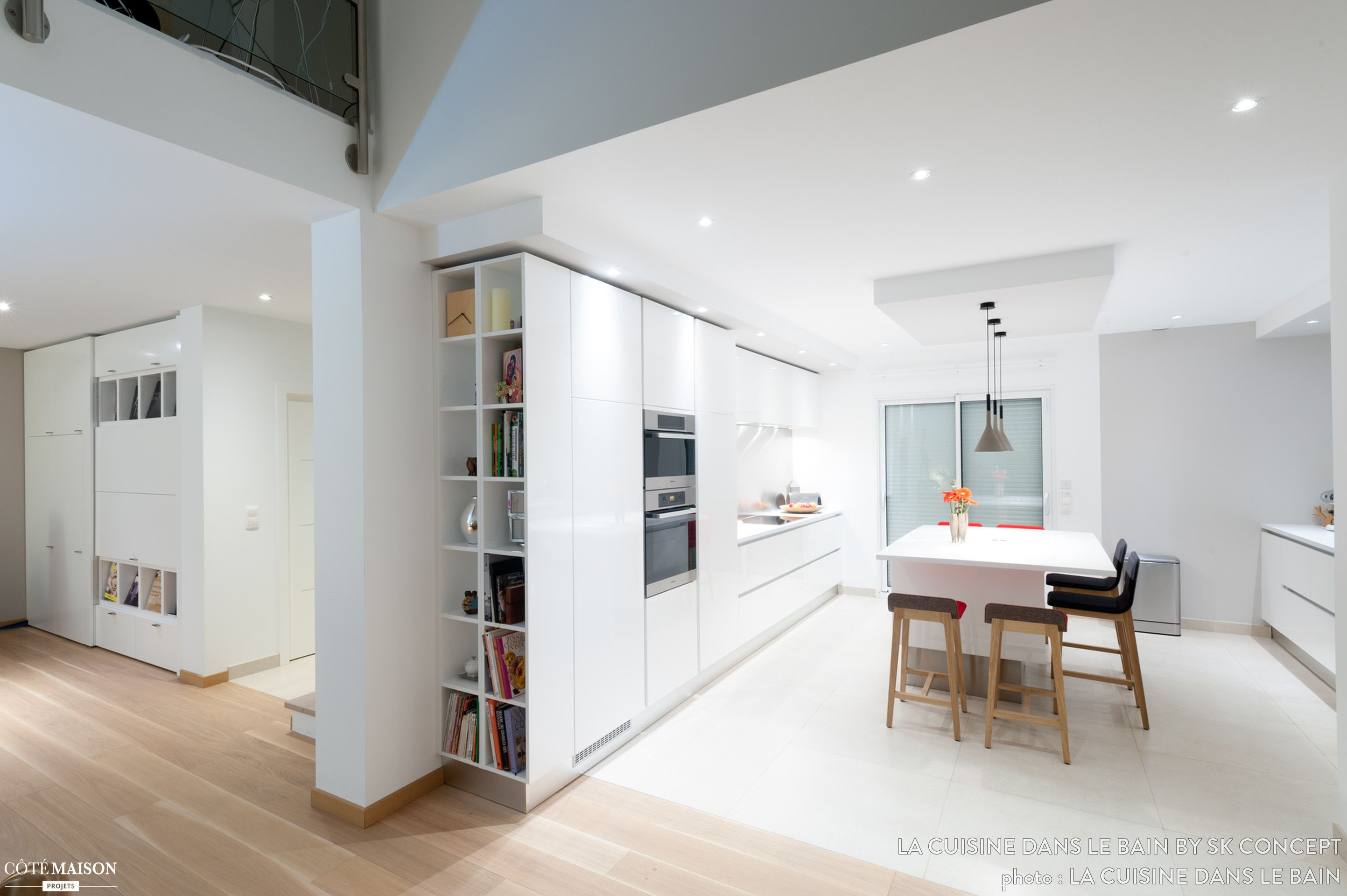 une grande cuisine blanche avec table en lot central cuisine pinterest repas convivial. Black Bedroom Furniture Sets. Home Design Ideas