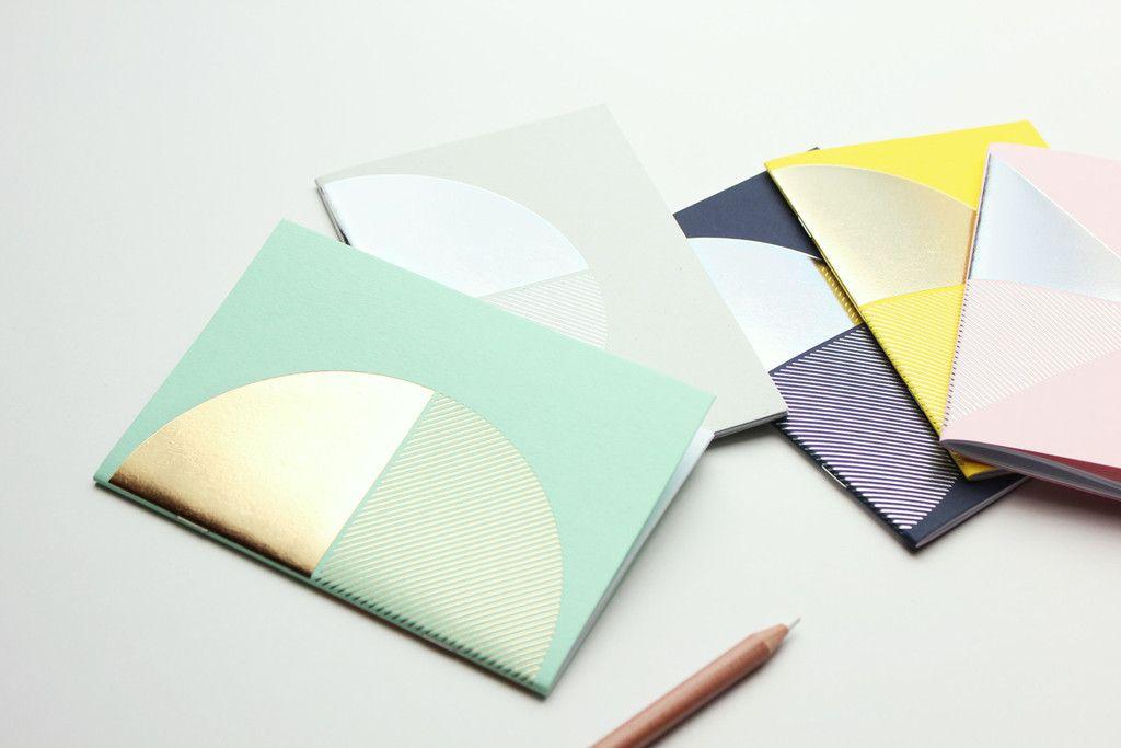 Kleines Pocket-Notebook in diversen Farben.Mit einem geprägten Gold/Silber-Akzent auf dem Cover.Größe: 105mm x 148mmSeiten: 40Innenseiten: Blanko - WeißBindeart