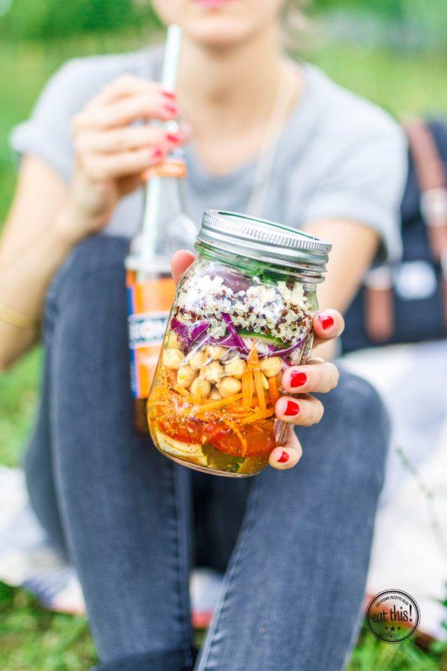 Griechischer Salat im Glas mit Quinoa, Oliven & Tofu-Feta · Eat this! Foodblog • Vegane Rezepte • Stories