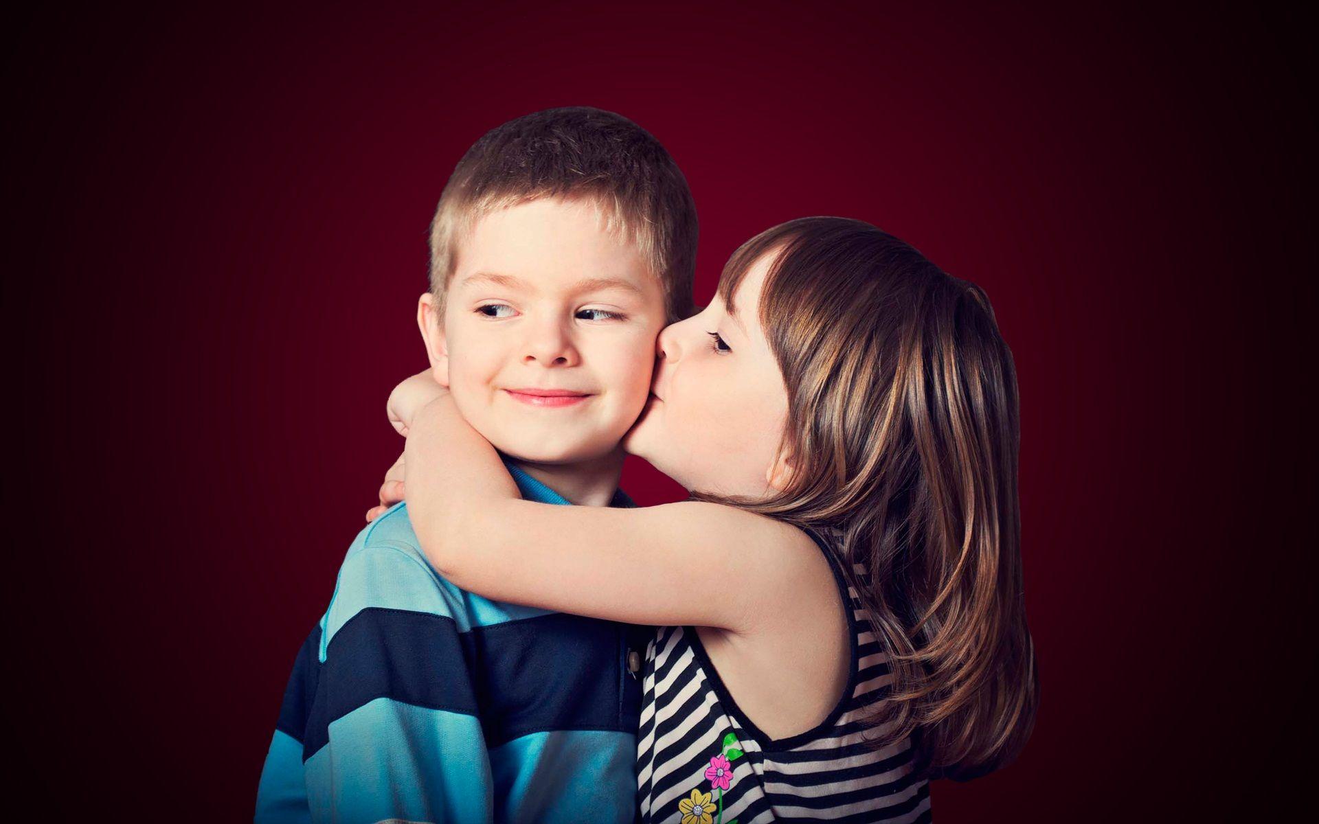 Romantic Hug And Kisses Wallpaper