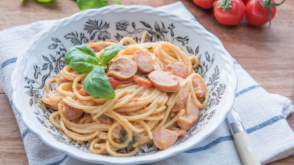 Tämä one pot -spagetti valmistuu erityisen helposti, sillä koko ruoka valmistuu nimensä mukaisesti vaivattomasti yhdessä astiassa eli kattilassa, jossa pasta keitetään. Tällöin myös tiskiä syntyy tava...