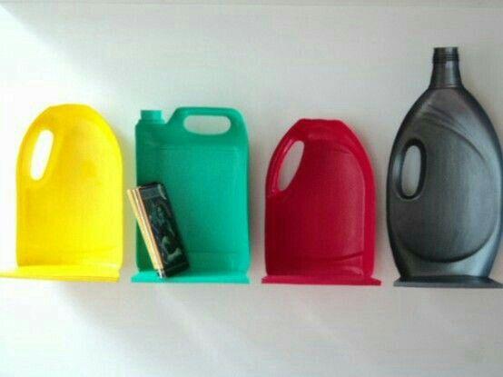 Estante feita de embalagens de plastico duro