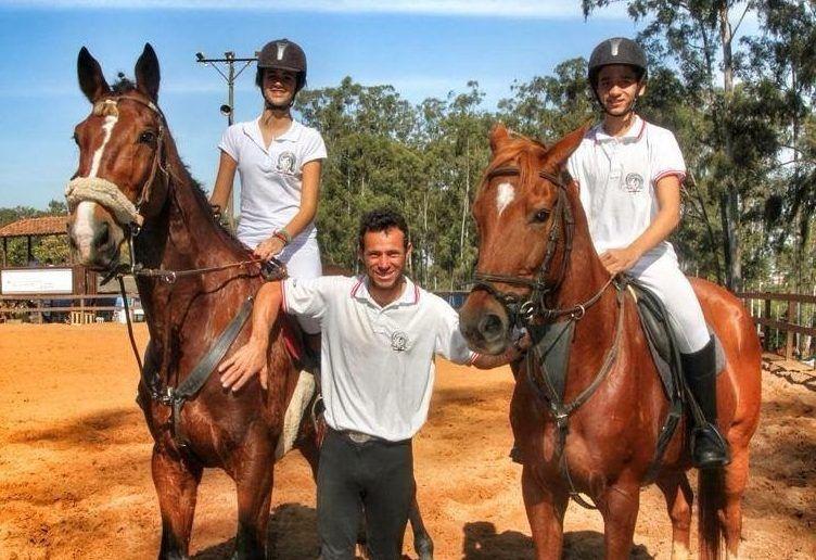 Hipismo : Botucatuenses disputam título nos Campeonatos da ABHIR -   No próximo final de semana, dias 22 e 23, os cavaleiros e amazonas da Hípica Vitoreli têm um importante compromisso que é a COPA ABHIR DE HIPISMO RURAL COMPLETO, válida como etapa final do Campeonato Brasileiro de Hipismo Rural da ABHIR (Associação Brasileira dos Cavaleiros de Hipismo Rural) e  - http://acontecebotucatu.com.br/esportes/hipismo-botucatuenses-disputam-titulo-nos-campeonatos-da-abhir/