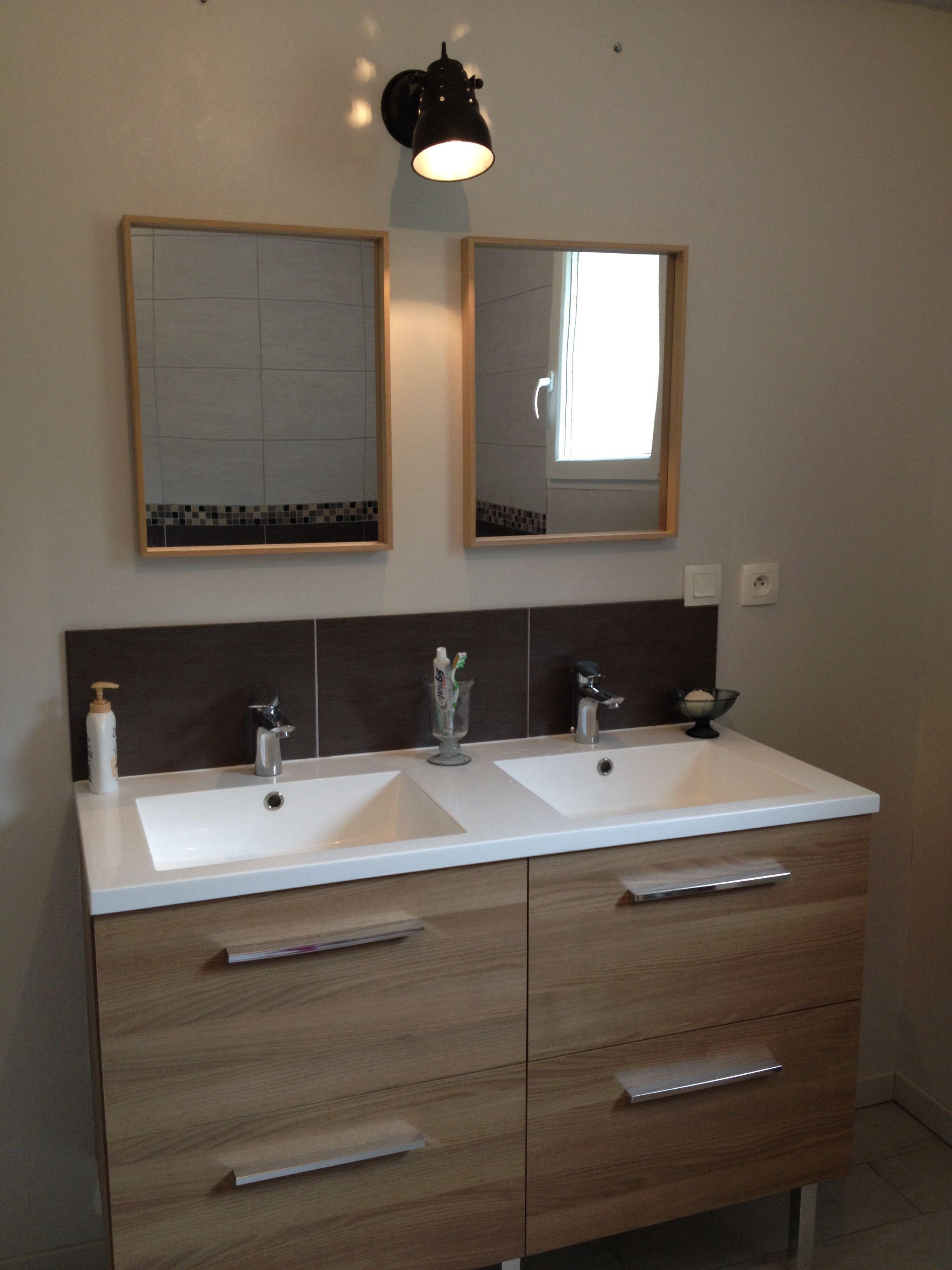 Ambiance simple et chaleureuse pour cette salle de bain avec les ...