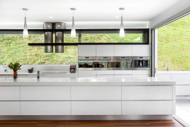 Designer Küche mit Kochinsel glas spritzschutz wand ...