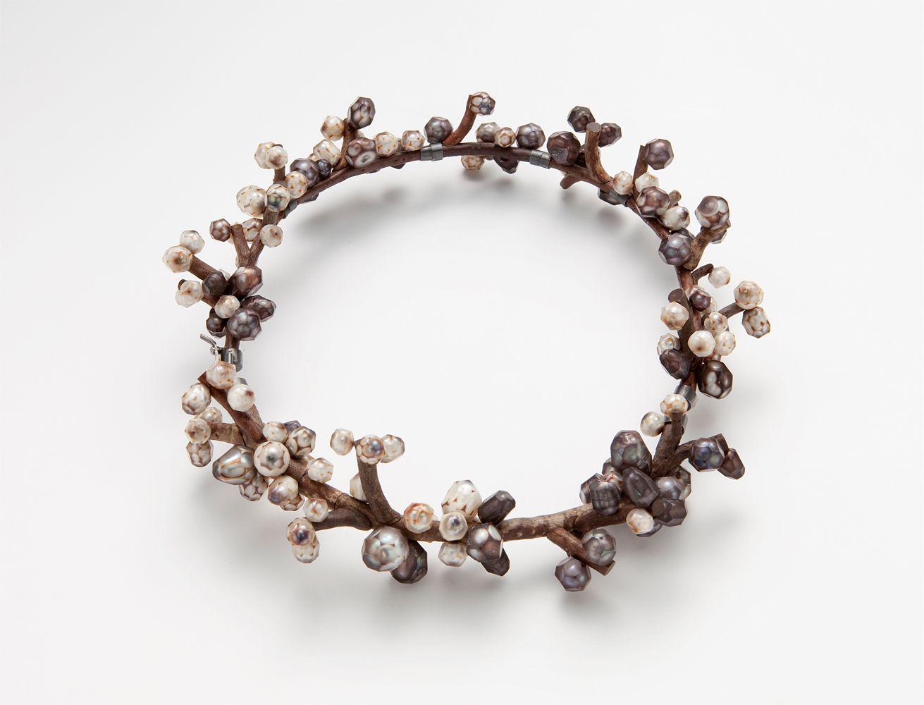 Collana Perles (2012) - Terhi Tolvanen - Paesi Bassi - Realizzata in legno, perle e argento