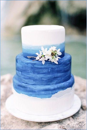Hochzeitstorte Dreistockig Blau Weiss Mit Echten Blumen