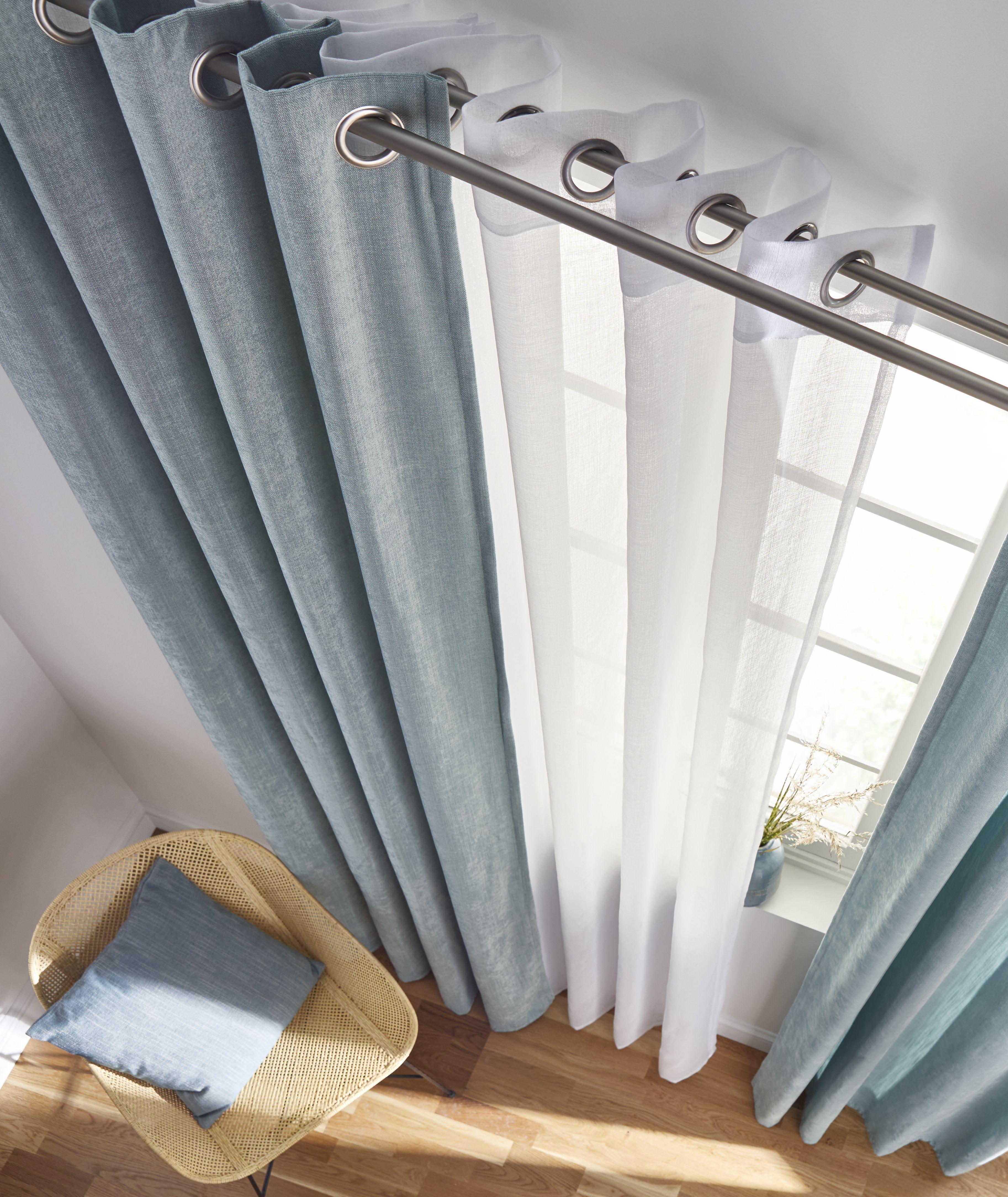 des rideaux couleur vert d eau qui s allient parfaitement avec du voilage blanc on joue sur le contraste avec le parqu en 2020 rideaux voilage blanc rideaux tendance