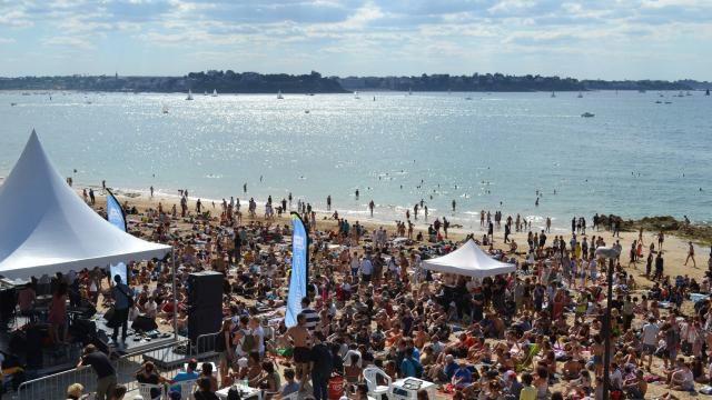 LA ROUTE DU ROCK - Saint-Malo (France). Du 11 au 14 août.  Genre : Pop, rock, folk, électronique. la Route du Rock ressemble bien souvent à un gigantesque bain de boue façon festival anglais, où l'on vient écouter les meilleurs groupes à guitare du moment ainsi que les meilleurs DJ passé minuit.
