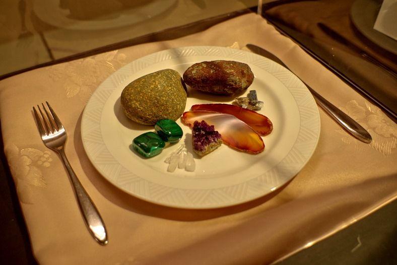 葛生化石館へ。企画展「石と化石と宮沢賢治」にて。 展示室入口につくられた石の料理。彩り鮮やかで写欲をそそる。 …