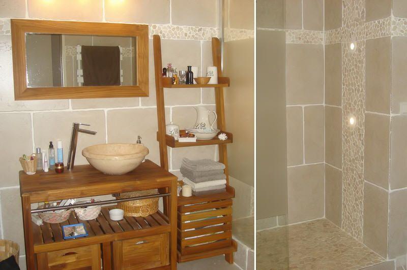 Salle de bains avec galets et carrelage noir recherche for Decoration maison italienne