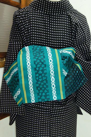 孔雀の羽根のような青みをおびた緑に、クローバ、ハート、ダイヤ、スペードのトランプモチーフがアクセントになった化繊の半幅帯です。 #kimono