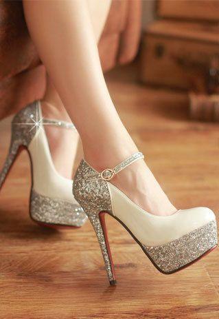 Las zapatos con tacones altos es muy adornado pero peligroso. Es  centelleante y extremadamente formal. 4c15af566879