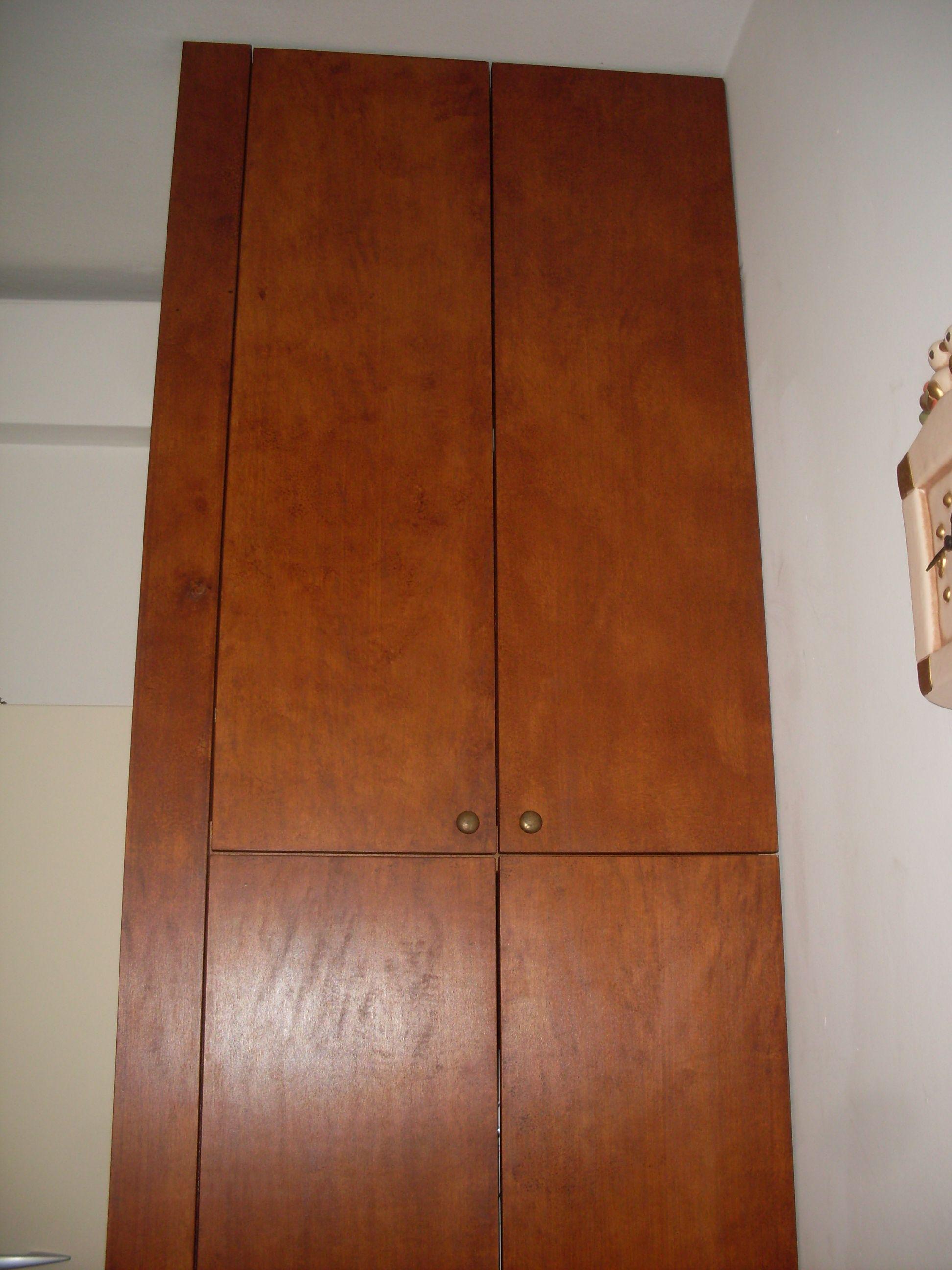 Armadio a muro in legno massello che nasconde lavatrice e ...